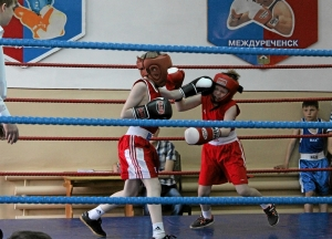 Момент боя с участием Славы Горбунова (слева)