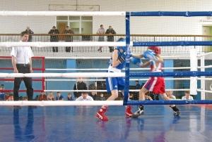 Момент финального боя Александра Савкина (в синей форме)