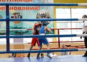 Финал. Влад Трофимов (в синей форме) атакует левым джебом