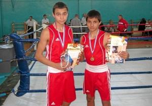 После награждения юношей старшего возраста. Победители соревнований Олег Торчаков (слева) и Владислав Трофимов