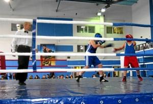 Финал. На ринге Артем Пичугин (слева)