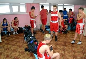 Перед боями в раздевалке боксеров из центральной секции