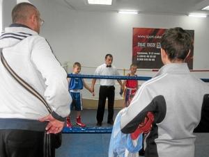 Алексей Фришбутер (в синей форме) ожидает решение судей в своем первом бою
