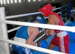 Ближний бой в углу ринга, в красной форме - Влад Трофимов