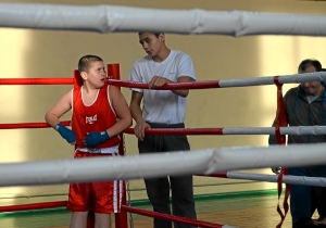 Ваня Коломин обсуждает с секундантом свой бой
