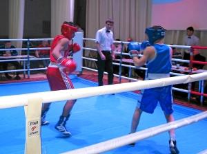 Влад Трофимов ведет бой в правосторонней стойке