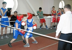В атаке Миша Клеников (справа)
