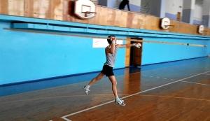 В перерыве между игрой Павел Чабанов показал свои легкоатлетические возможности (2)
