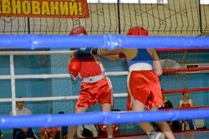 Егор Пономарев атакует левым прямым