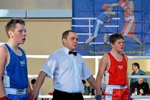 Илья Краснов (справа) ожидает решение судей, рефери - Иван Пономарев