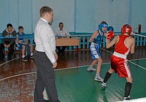 Момент боя Вячеслав Мельчаков (в синей форме) против Дмитрия Красовского