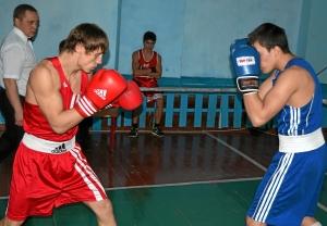 Момент боя Иван Верещагин (в красной форме) против Романа Алевского (1)