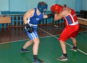 Момент боя Романа Романчука (в синей форме) против Владислава Баранова (1)