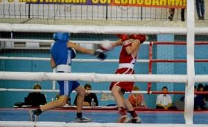 Момент боя с участие Александра Савкина (в синей форме)