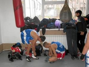 Олег Торчаков (слева) и Николай Иванов готовятся к бою