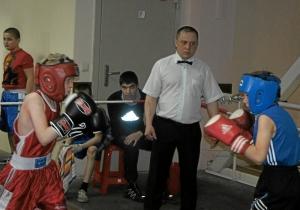 Очень напряженно прошел бой между Славой Горбуновым (слева) и Арсением Абрамовым. Рефери Иван Пономарев