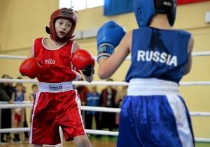 Полуфинальный бой Саши Савкина (слева) против боксера из Прокопьевска