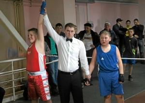 Рефери Владимир Пономарев поднимает руку Ильи Краснова