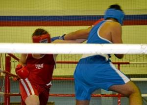 Роман Романчук (в красной форме) атакует левым прямым