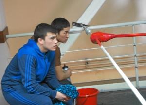 Секунданты красного угла Роман Алевский (слева) и Нурик Жапаров
