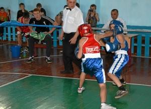 С большим накалом проходил бой Николая Шестакова (в синей форме) против Данила Жуланова (1)