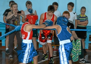С больши накалом проходил бой Николая Шестакова (в синей форме) против Данила Жуланова (4)