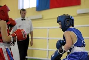 Эпизод финального боя Сергея Чепли (справа) против краснобродского боксера