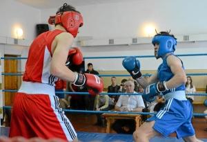 Момент боя Алексея Помогалова (в синей форме) (1)