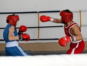 Момент боя с участием Ивана Балашова (слева)