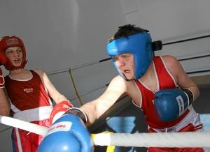 Момент боя с участием Ильи Краснова (справа)