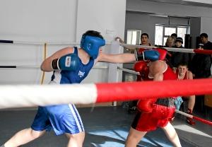 Момент боя с участием Романа Романчука (в синей форме) 2