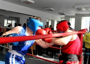 Момент боя с участием Романа Романчука (в синей форме)