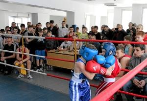 Момент боя с участием Сергея Чепля (слева)