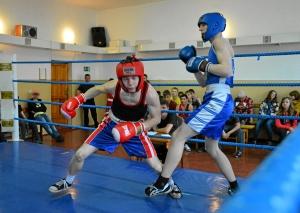 Момент боя с участием Андрея Попова (в синей форме) (1)