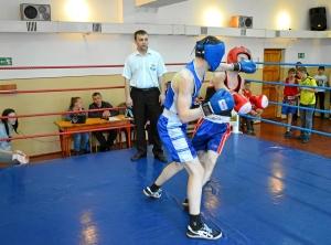 Момент боя с участием Андрея Попова (в синей форме) (2)