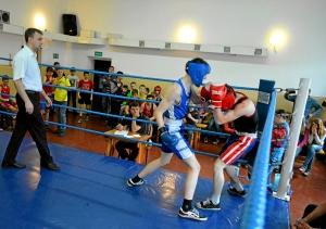 Момент боя с участием Андрея Попова (в синей форме) (3)