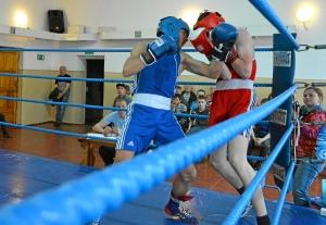 Момент боя с участием Влада Трофимова (в синей форме) (2)