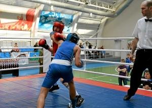 Момент боя с участием Влада Трофимова (в синей форме) (4)