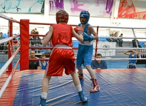 Момент боя с участием Ивана Балашова (в красной форме) (4)