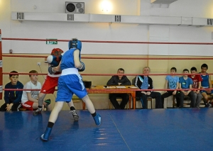 Момент боя с участием Ивана Балашова (в синей форме) (2)