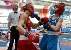 Момент боя с участием Олега Торчакова (в красной форме) (1)