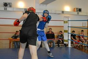 Момент боя с участием Романа Романчука (в синей форме) (1)
