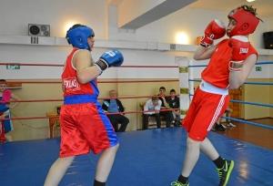 Момент боя с участием Рубика Шахбазяна (слева) (1)
