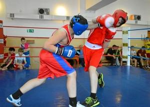 Момент боя с участием Рубика Шахбазяна (слева) (2)