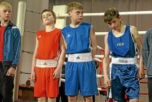 Антон Траутваин (второй слева) и Иван Балашов (третий слева) готовятся к награждению