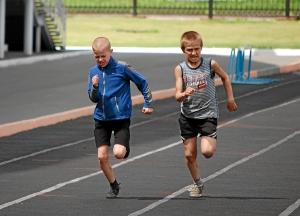 Бег на 100 метров. Александр Колтунов (слева) и Николай Шестаков
