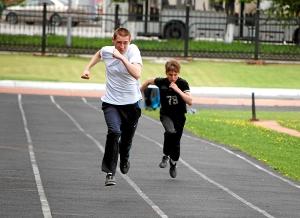 Бег на 100 метров. Андрей Попов (слева) и Сергей Лаптев