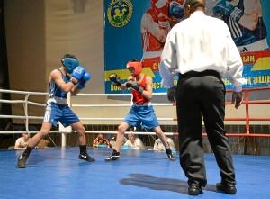 Полуфинал. Момент боя с участием Влада Трофимова (в синей форме) 1