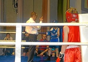 Сопернику Ивана Балашова отсчитывают нокдаун