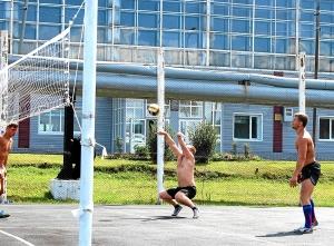 13 Вадим Адыбаев опять принимает мяч